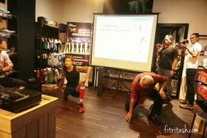 Fee Folland sedang memeragakan cara stretching dalam workshop di Sukaoutdoor.